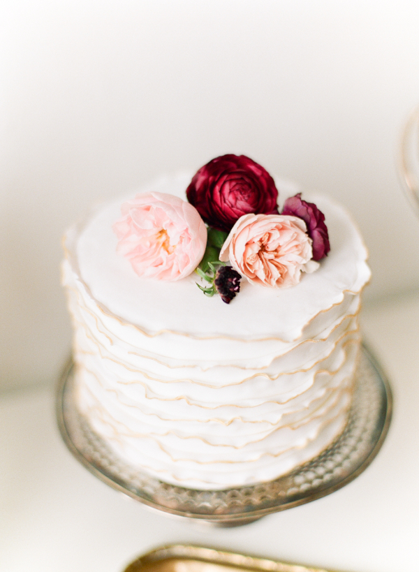 Simple-One-Tier-Cake-with-Flowers-600x819